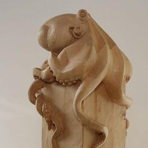 geschnitzter Krake auf Stele aus Lindenholz